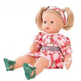 Puppe mit blonden Haaren in Sommerzweiteiler mit Erdbeermuster